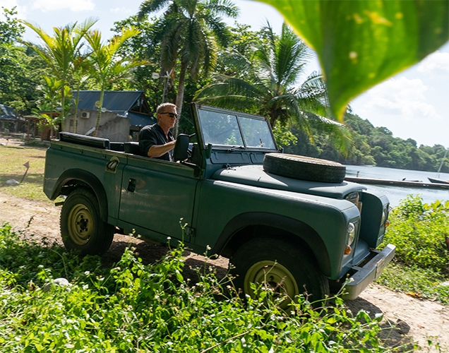 https://www.jamesbondlifestyle.com/sites/default/files/styles/full_width_image/public/images/product/au062-land-rover-series-iii-no-time-to-die-daniel-craig-james-bond-jamaica-636.jpg?itok=ZoTVOOWC