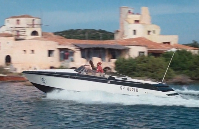 Naomi and two henchmen arrive at Hotel Cala di Volpe in an Intermarine Cigarette 37 power boat