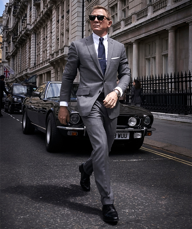 Daniel Craig as James Bond in London, wearing a Tom Ford suit.