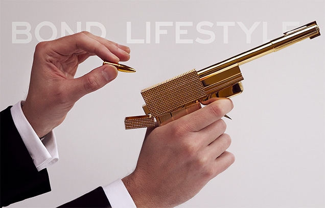 The Golden Gun is one of the most famous movie weapons. In the photo: the Factory Entertainment Golden Gun prop replica